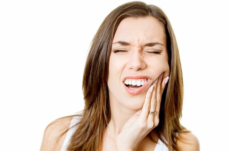 Baixa imunidade, estresse, genética e até TPM podem ser causas de afta